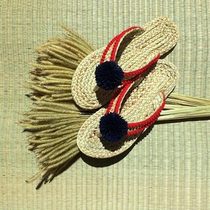 Picture of รองเท้าผักตบชวาแบบคีบ สายถักสีแดงและพู่สีดำ