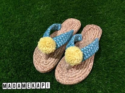Picture of รองเท้าผักตบชวาแบบคีบ สายถักสีฟ้าและพู่เหลือง