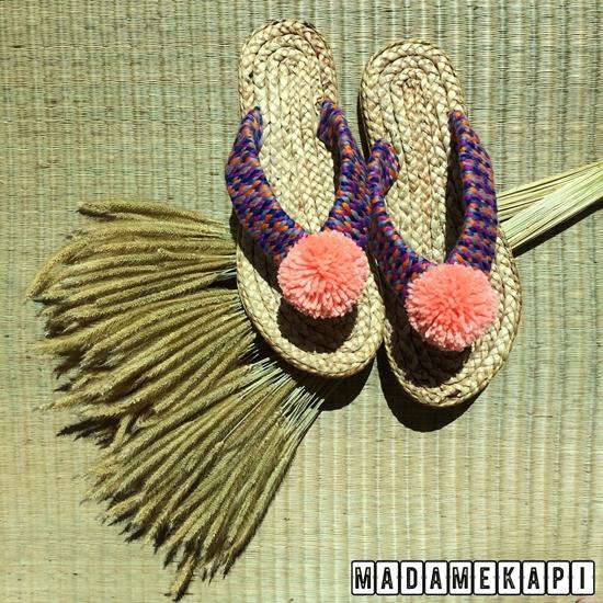 Picture of รองเท้าผักตบชวาแบบคีบ สายถักสีเข้มตกแต่งพู่สีพีช (Size XL)