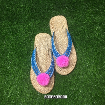 Picture of รองเท้าผักตบชวาแบบคีบ สายถักฟ้าพู่ชมพู (Size XL)