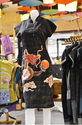 Picture of ชุดเดรสผ้าบาติกสีดำลายมังกร