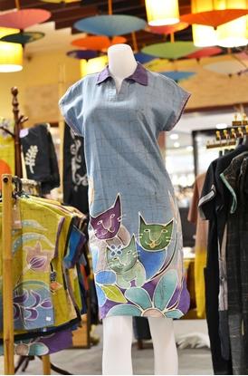 Picture of ชุดเดรสผ้าบาติกสีม่วงอ่อนลายแมว