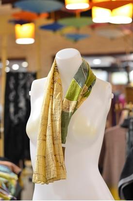 Picture of  ผ้าพันคอผ้าบาติกสีเหลืองอ่อนลายดอกกระเจียว