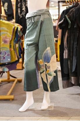 Picture of กางเกงสดอสีฟ้าเทาลายดอกบัว