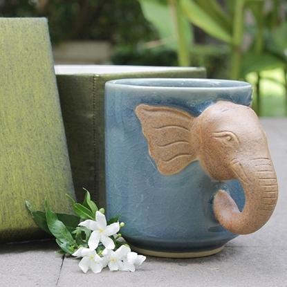 Picture of แก้วมัคสีฟ้าที่จับหัวช้าง พร้อมกล่องผ้าไหม